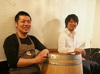 <strong>寄川 一馬さん(右)</strong> 大阪のバーにて8年勤務後、上京。東京で7年勤務ののち、Macciaのオーナーとして独立。  <strong>布山 純志さん(左)</strong>  料理の道のスタートはカジュアルイタリアン。その後、1年間渡仏。帰国後、銀座のフレンチに2年間勤務。表参道のフレンチを経て、Maccia のシェフに就任。